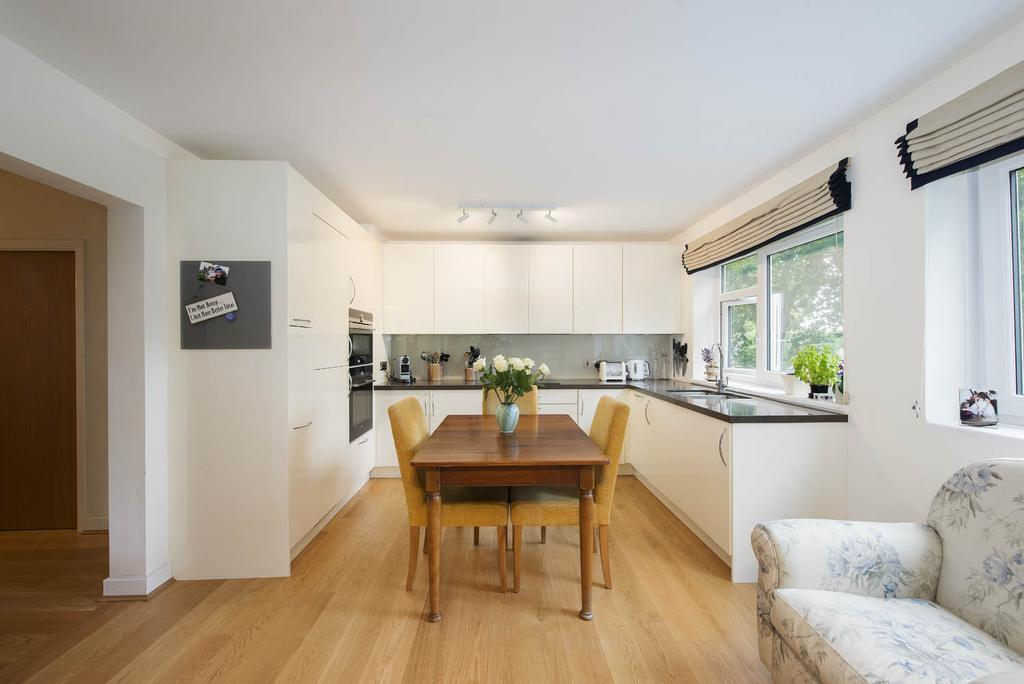 2 Bedrooms Flat for sale in Fitzhugh Grove, Wandsworth