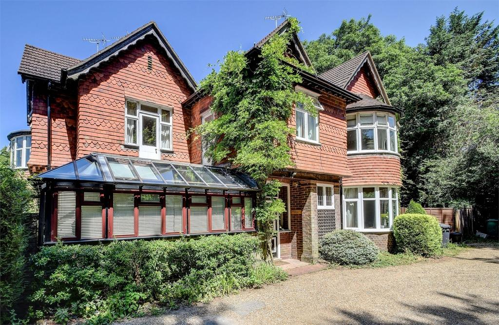 2 Bedrooms Flat for sale in Rockdale House, Rockdale Drive, Grayshott, Hampshire