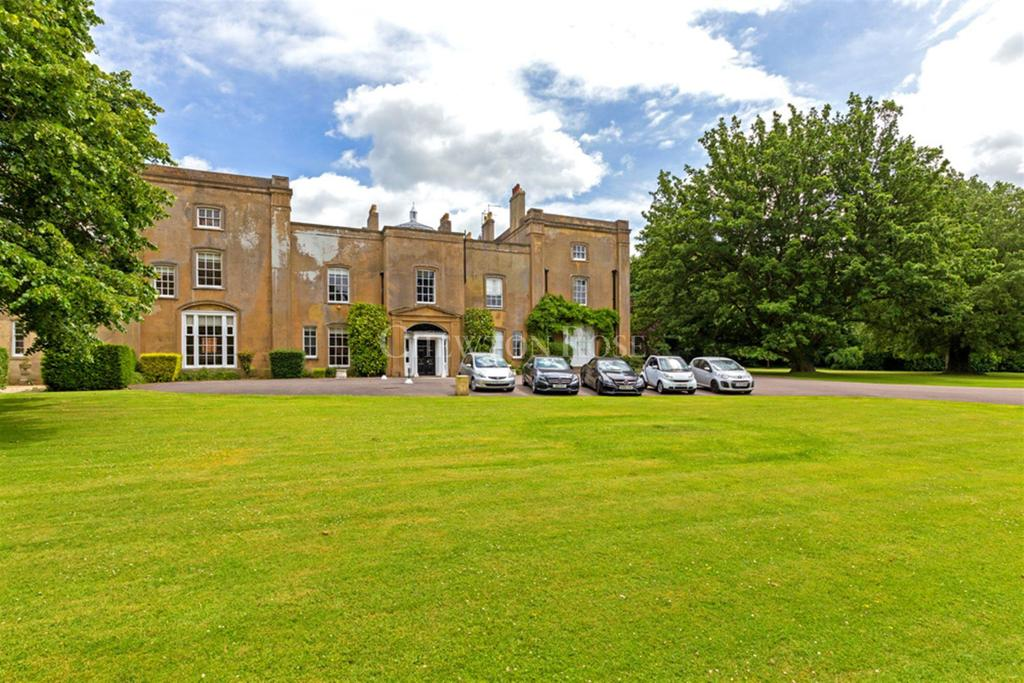 3 Bedrooms Flat for sale in Great Hyde Hall, Sawbridgeworth