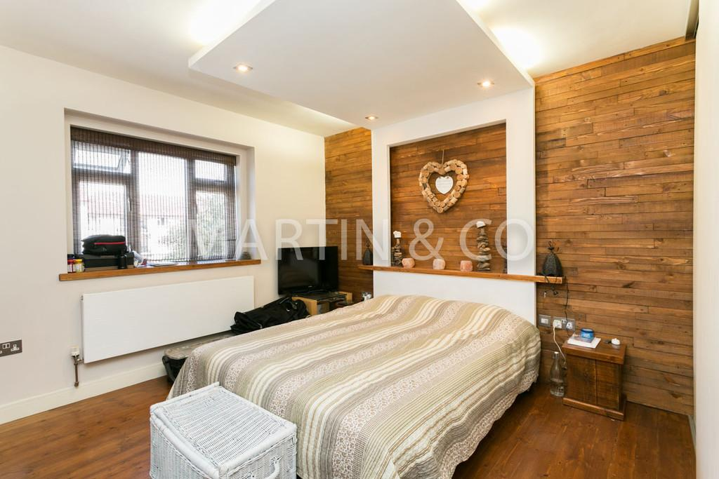 3 Bedrooms Apartment Flat for sale in Oakhall Court, Wanstead