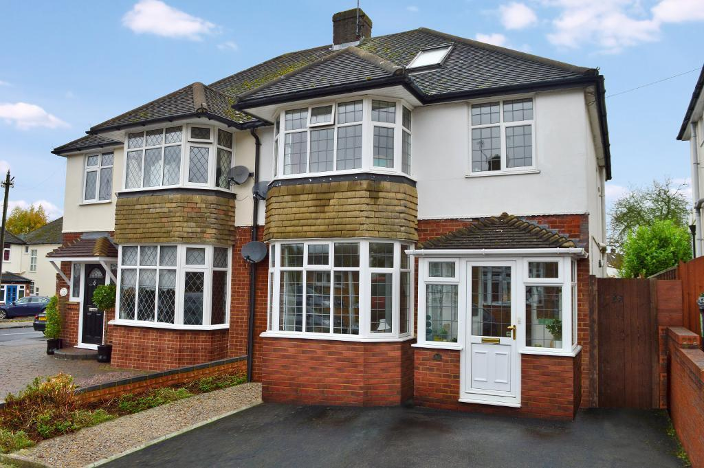 3 Bedrooms Semi Detached House for sale in Swifts Green Close, Putteridge, Luton, LU2 8BS