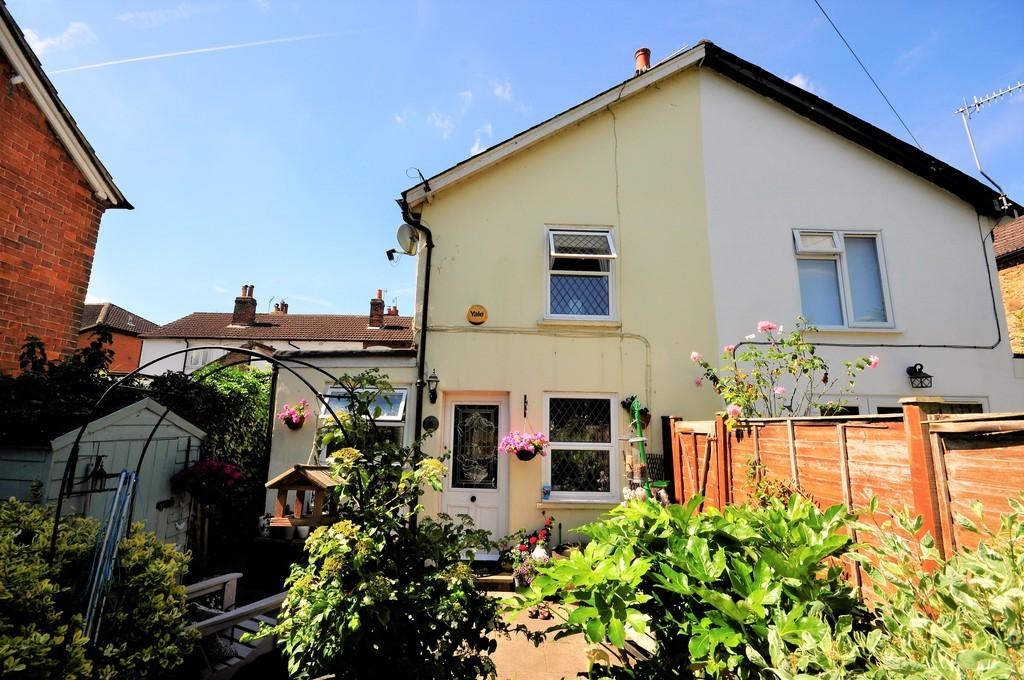 2 Bedrooms Semi Detached House for sale in Kings Road, Godalming