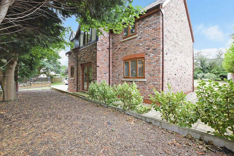 4 Bedrooms Detached House for sale in The Common, Halton Village