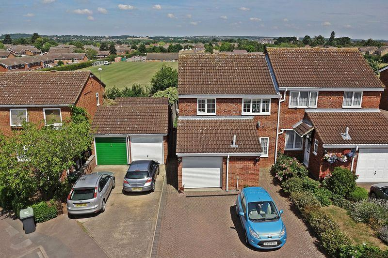 3 Bedrooms Semi Detached House for sale in Hawk Close, Flitwick