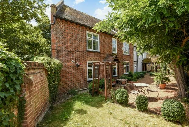 4 Bedrooms End Of Terrace House for sale in Church Road Old Windsor