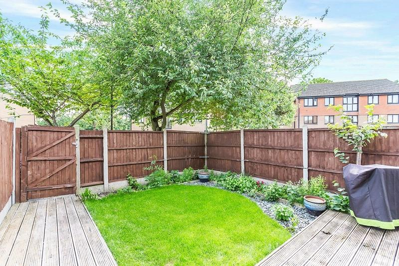 3 Bedrooms End Of Terrace House for sale in York Close, Beckton, London, Greater London. E6 5QN