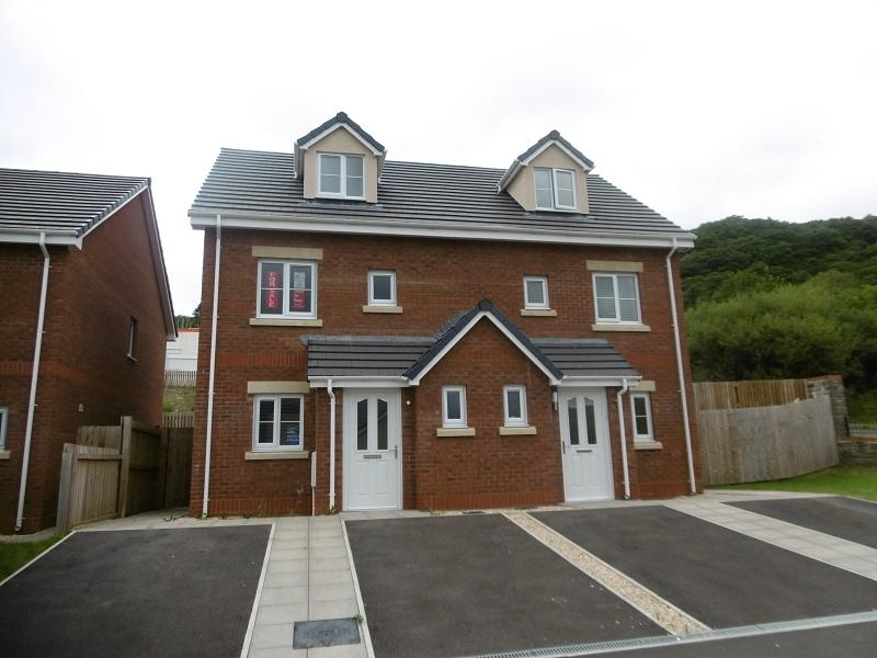 3 Bedrooms Semi Detached House for sale in Clos Y Cwm, Pontardawe, Swansea.