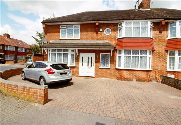 4 Bedrooms Semi Detached House for sale in Oakleigh Avenue Edgware Harrow HA8