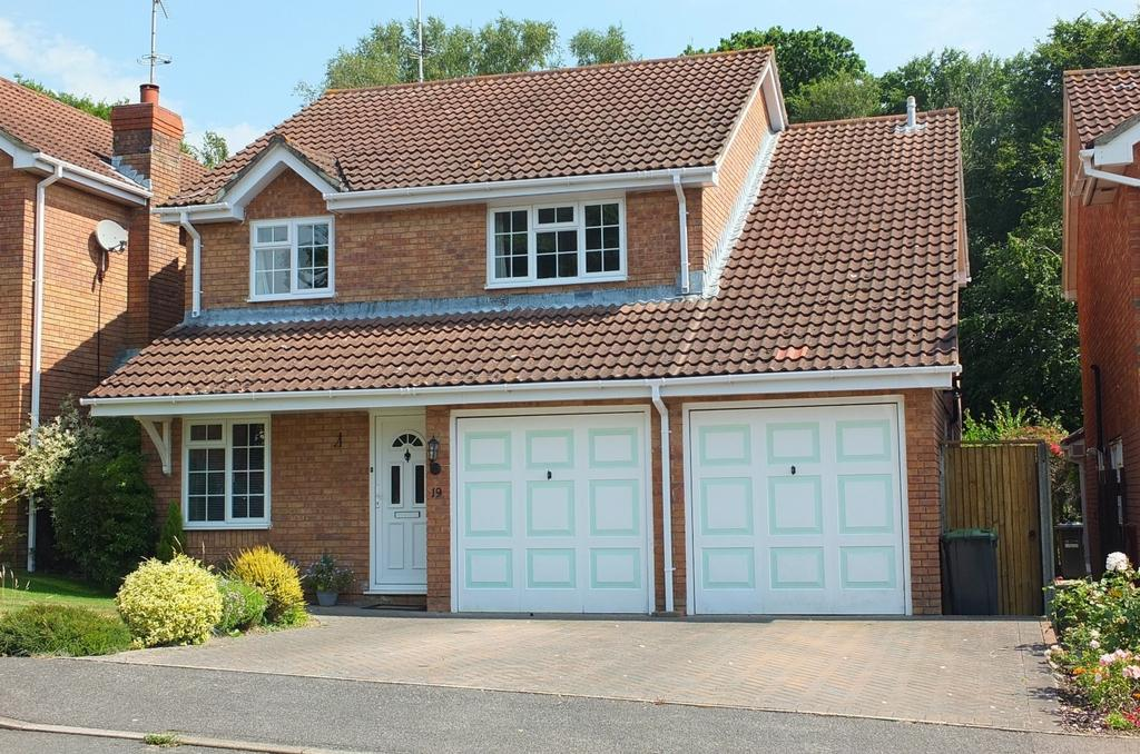 4 Bedrooms House for sale in Willow Park, Haywards Heath, RH16