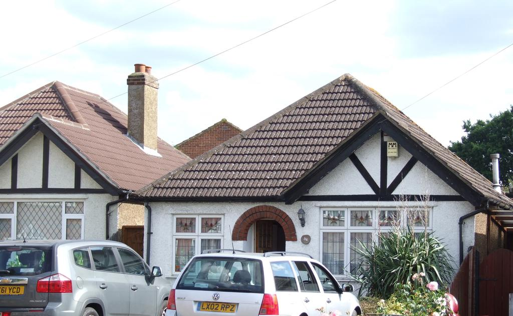 2 Bedrooms Detached Bungalow for sale in Dorchester Road, North Cheam