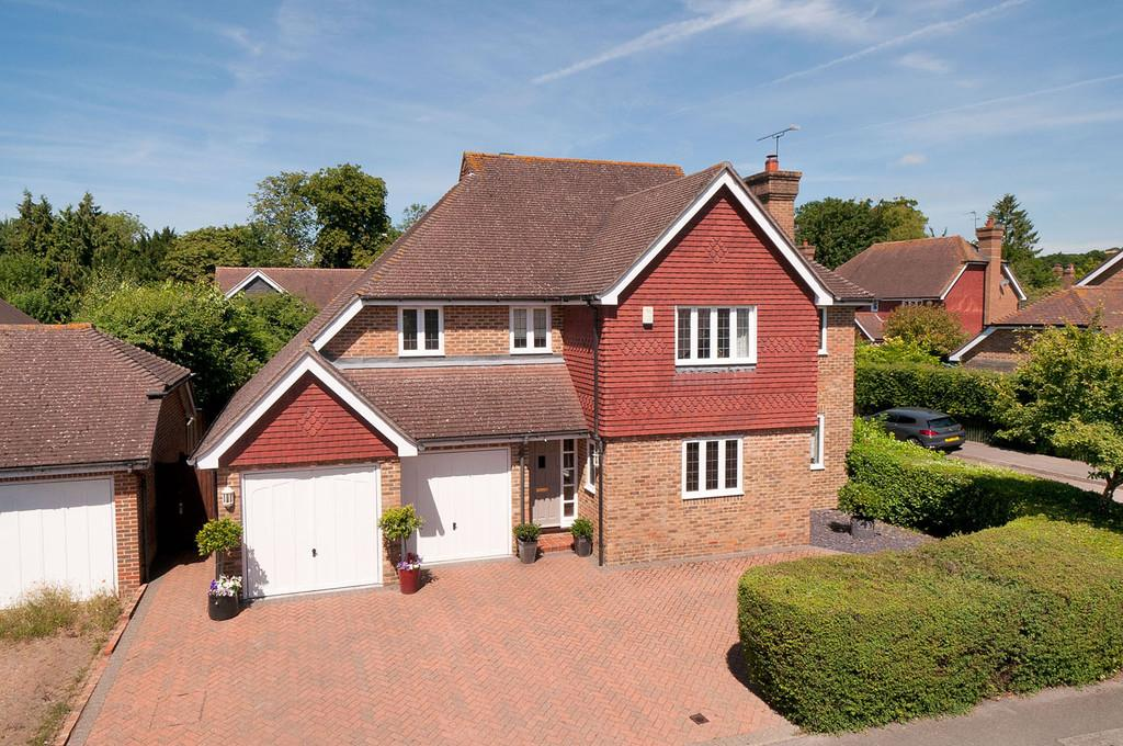 5 Bedrooms Detached House for sale in Harrison Drive, Harrietsham