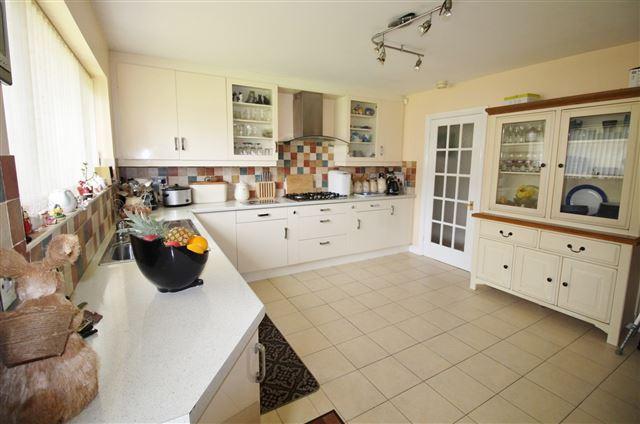 4 Bedrooms Bungalow for sale in Crofters Close, Killamarsh, Sheffield, S21 1JH