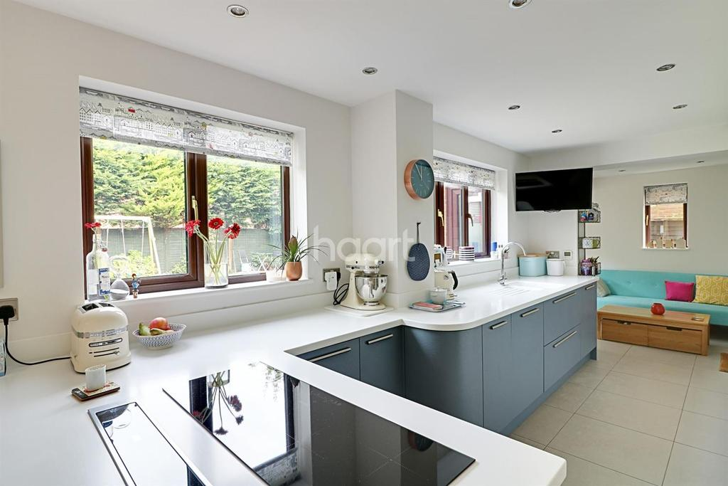 5 Bedrooms Detached House for sale in Swallow Close, East Hunsbury, Northampton