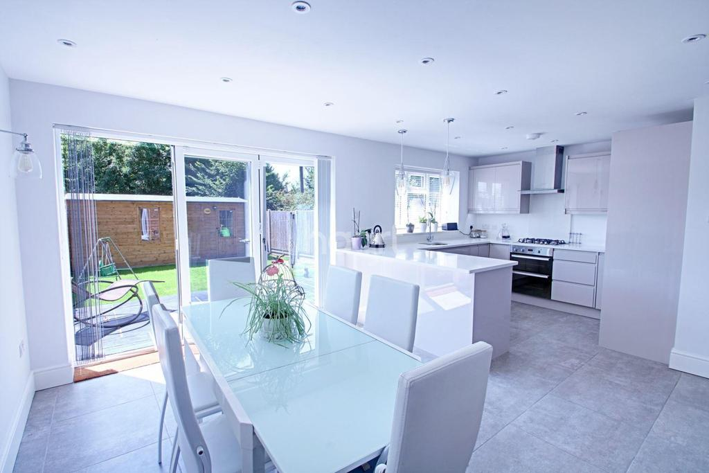 4 Bedrooms Detached House for sale in Rixon Close