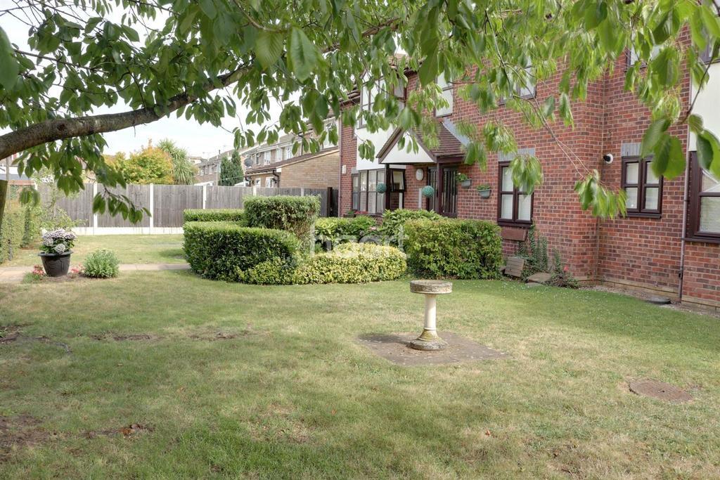 2 Bedrooms Flat for sale in Templar Court, Essex Road, Romford