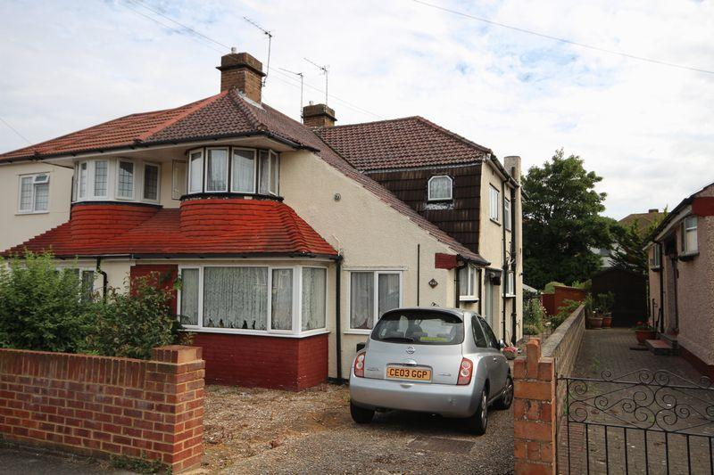 2 Bedrooms Maisonette Flat for sale in Windsor Drive, West Dartford, Kent.