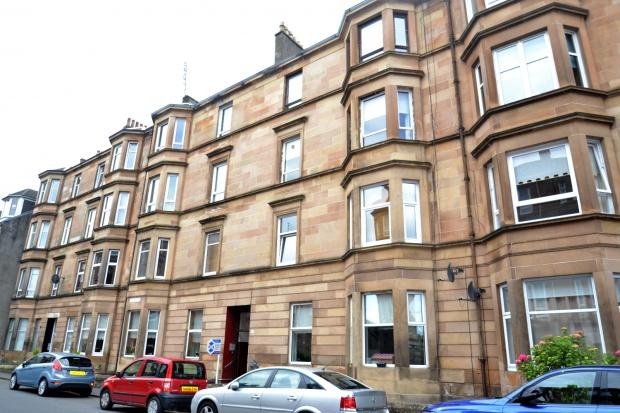 3 Bedrooms Flat for rent in Old Castle Road, Cathcart, G44