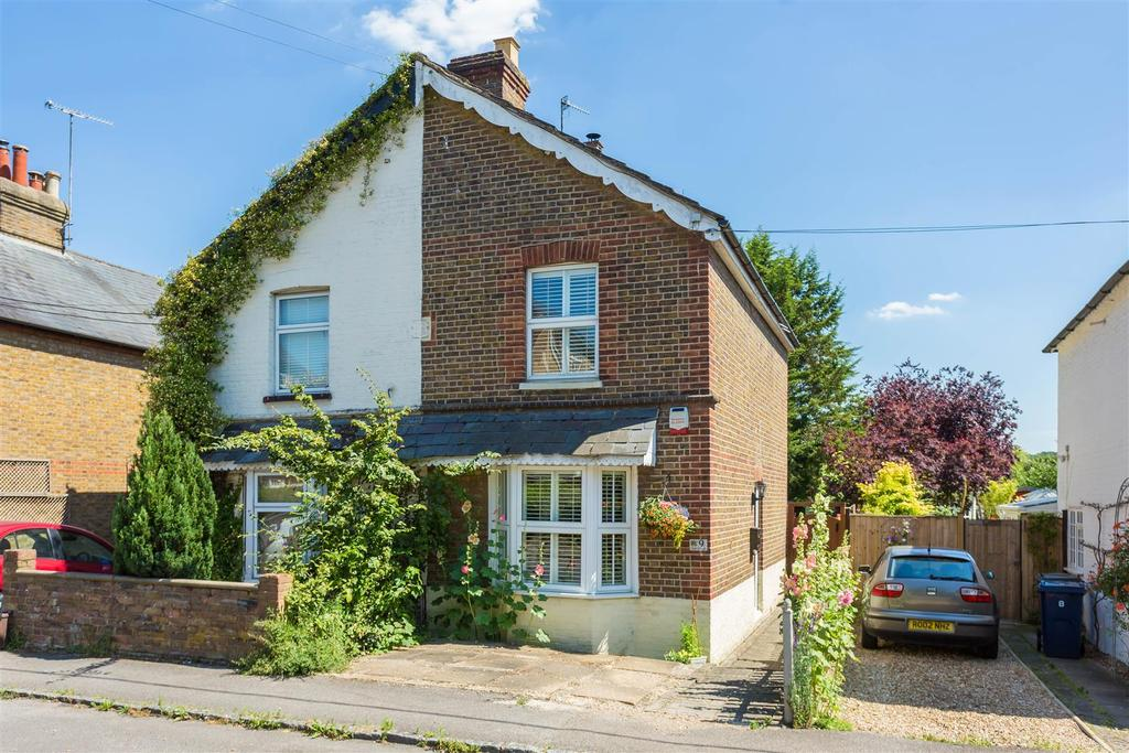 3 Bedrooms Semi Detached House for sale in Glory Mill Lane, Wooburn Green