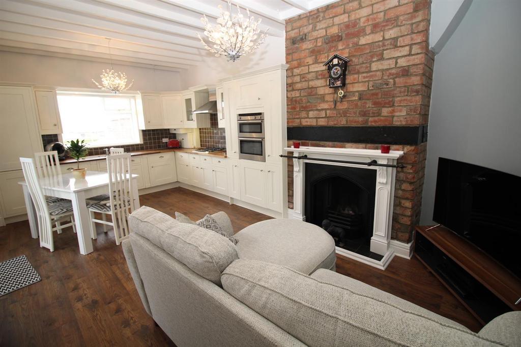 2 Bedrooms Semi Detached Bungalow for sale in Oakwood Gardens, Gateshead