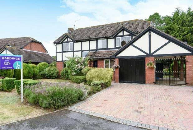 4 Bedrooms Detached House for sale in Errington Drive Windsor