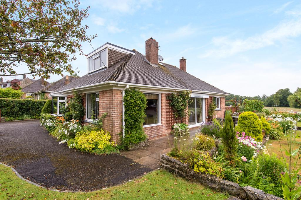 4 Bedrooms Bungalow for sale in Leigh, Sherborne