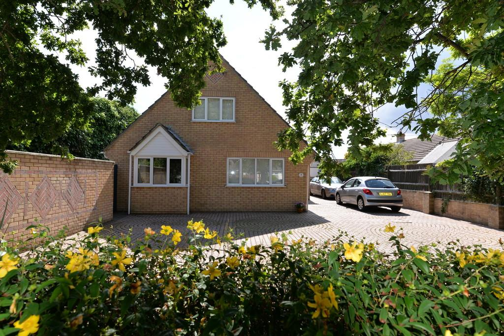 4 Bedrooms Detached House for sale in Moorland Avenue, Barton on Sea