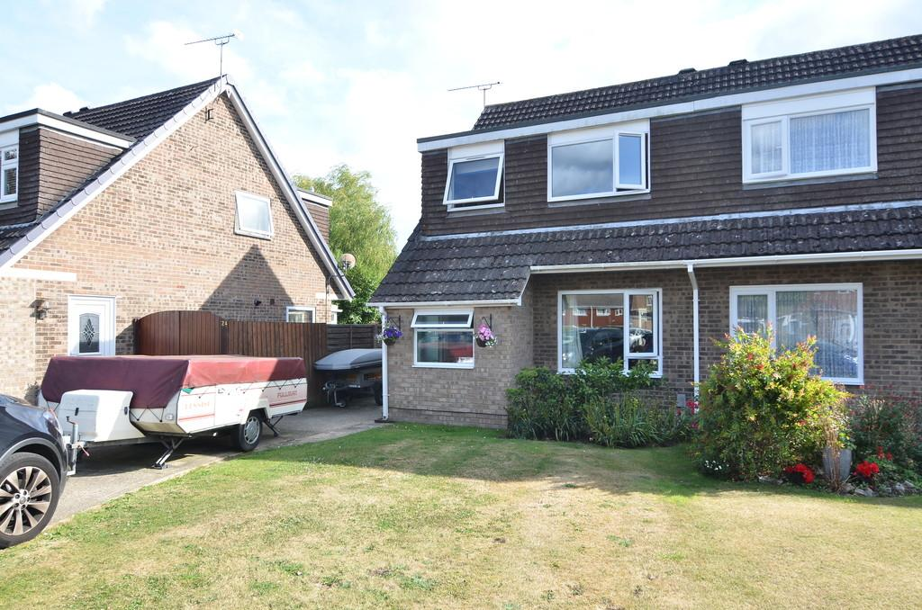 3 Bedrooms Semi Detached House for sale in Charlton Close