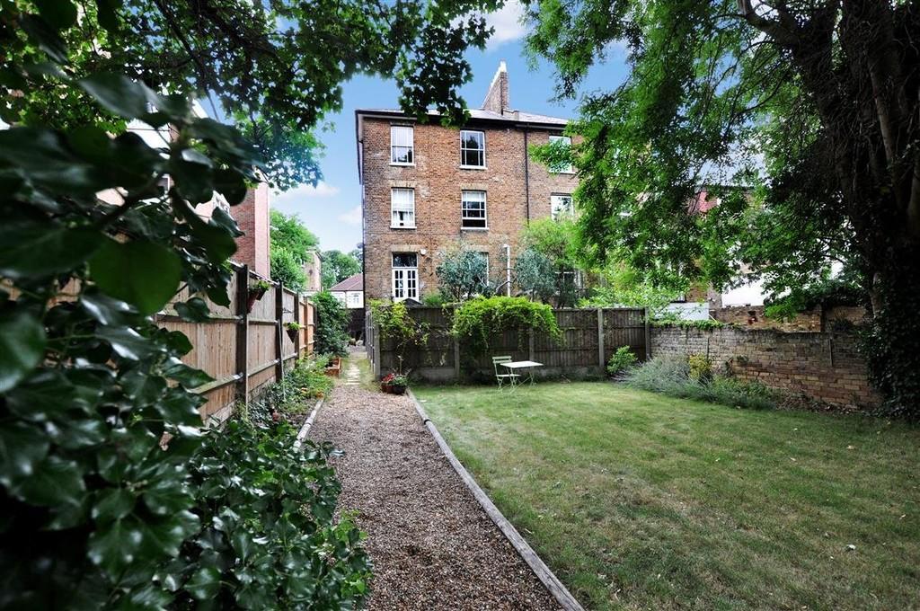 1 Bedroom Flat for sale in Grosvenor Road, Wanstead