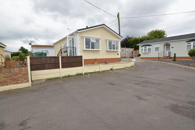 2 Bedrooms Detached Bungalow for sale in Pooles Lane, Hockley