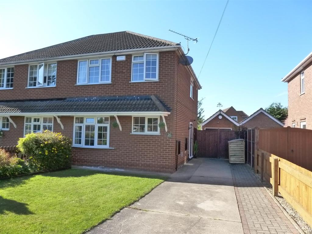 3 Bedrooms Semi Detached House for sale in Woodhall Drive, Waltham