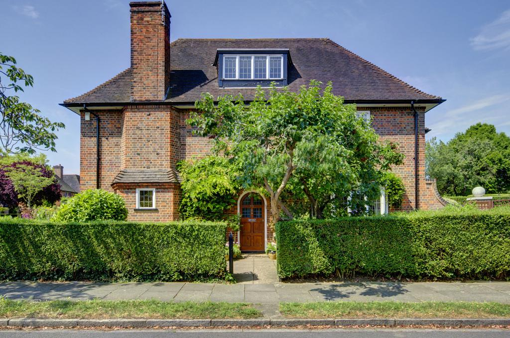 5 Bedrooms Detached House for sale in Southway