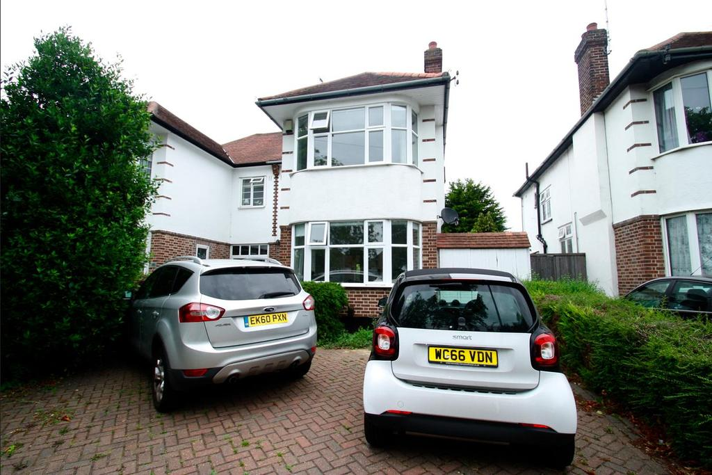 3 Bedrooms Semi Detached House for sale in Prittlewell Chase, Westcliff-On-Sea