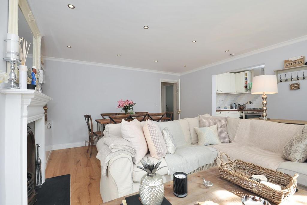2 Bedrooms Flat for sale in Cadogan Road, Surbiton