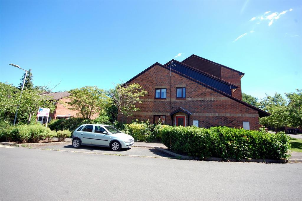 2 Bedrooms Maisonette Flat for sale in Tudor Close, Hatfield