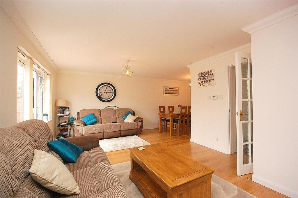 4 Bedrooms Detached House for sale in Convent Close, HITCHIN