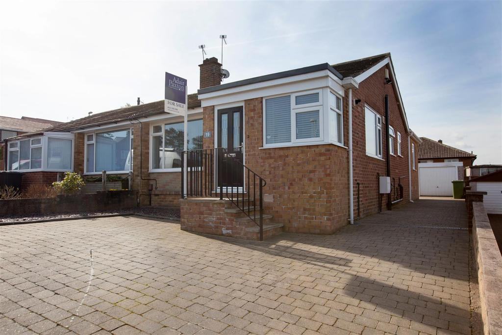 2 Bedrooms Semi Detached Bungalow for sale in Wrenbury Crescent, Cookridge