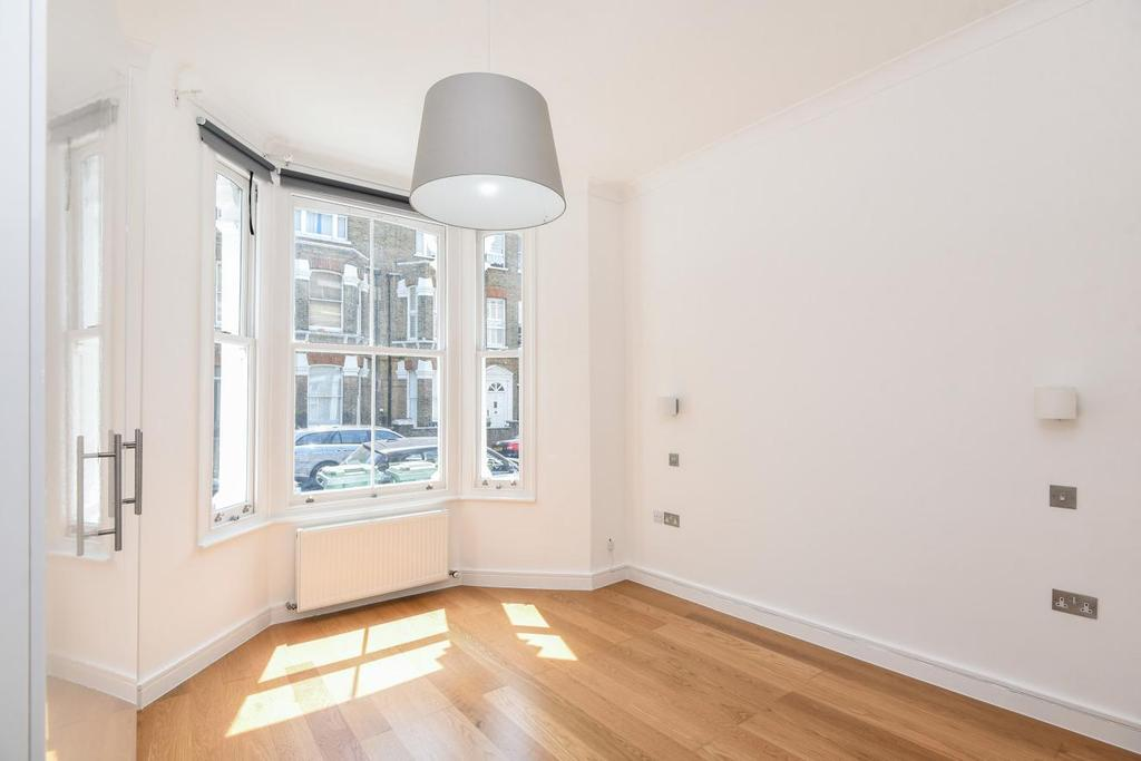 2 Bedrooms Flat for sale in Dynham Road, West Hampstead