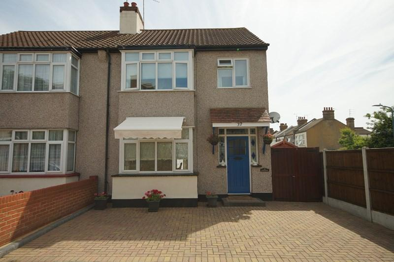 3 Bedrooms Semi Detached House for sale in Arnold Avenue, Southend-On-Sea