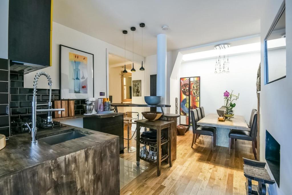 4 Bedrooms Maisonette Flat for sale in Barry Road London SE22