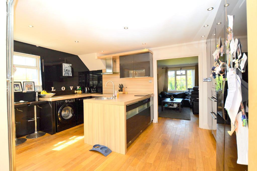 3 Bedrooms Semi Detached House for sale in Markfield Close, Luton, LU3 2HY