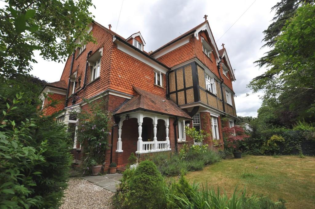 2 Bedrooms Apartment Flat for sale in Warren Road , Guildford