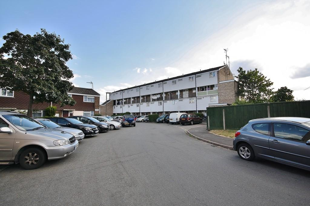2 Bedrooms Apartment Flat for sale in Goldsworth Park, Woking