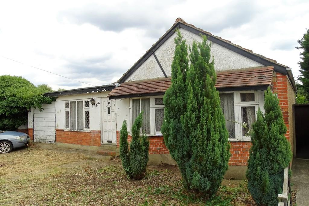1 Bedroom Detached Bungalow for sale in Feltham Road, Ashford, TW15