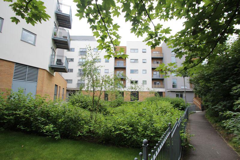 2 Bedrooms Apartment Flat for sale in Sovereign Way, Tonbridge