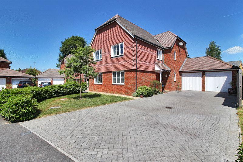 5 Bedrooms Detached House for sale in The Hornets, Horsham