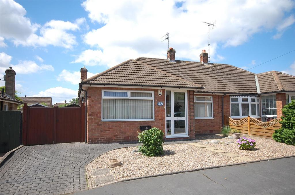2 Bedrooms Semi Detached Bungalow for sale in Chatsworth Avenue, Radcliffe-On-Trent, Nottingham