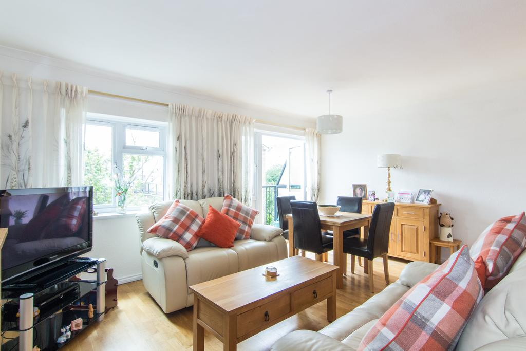 3 Bedrooms Flat for sale in Hartsbourne Court, Fleming Road, Southall