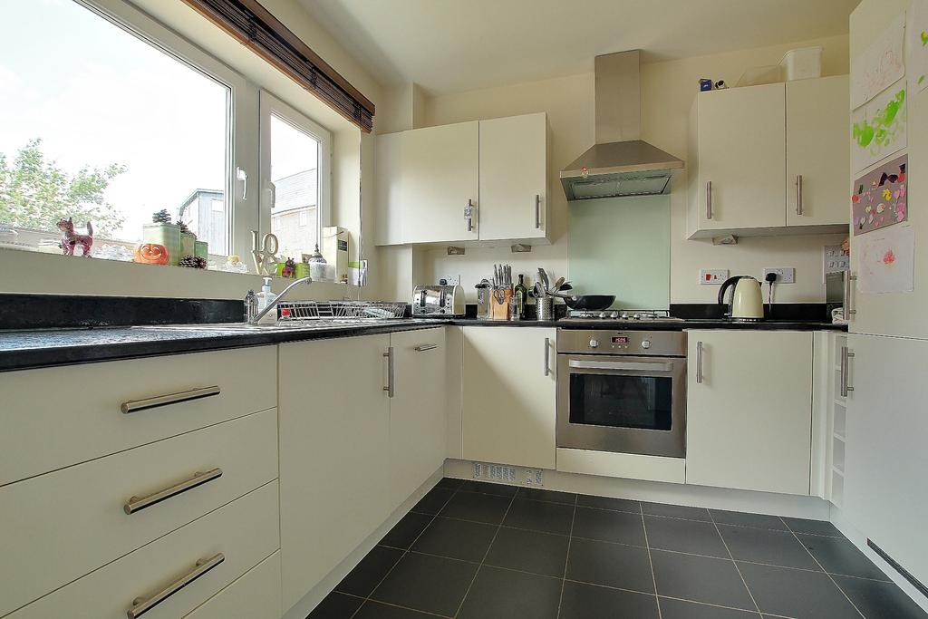 3 Bedrooms Semi Detached House for sale in Totton, Southampton