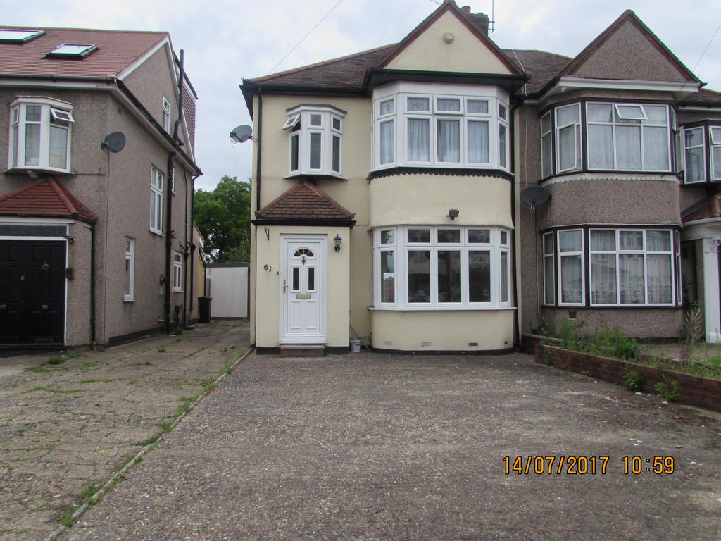 3 Bedrooms Semi Detached House for sale in Wensleydale Avenue, Clayhall, Essex IG5