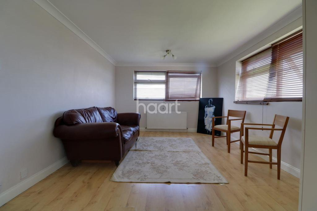 2 Bedrooms Flat for sale in Lynwood Close, South Woodford, E18